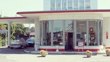 Warten an der Oldtimer Tankstelle